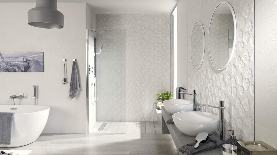 Big tiles in a small bathroom - Porcelanosa Manila Deco Blanco 31 6x90 P34708061